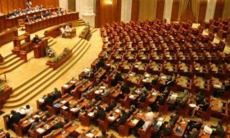 Jocuri politice în Parlament. USR PLUS face apel la toţi parlamentarii să lase moţiunea de cenzură să-şi urmeze parcursul