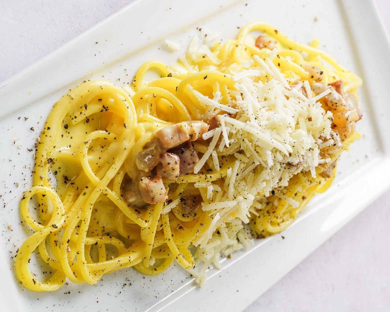 Spaghete Carbonara - o rețetă rapidă de paste delicioase. Nu ai nevoie de prea multe ingrediente, iar gustul e desăvârșit!
