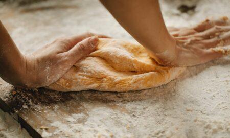 Rețetă pâine pufoasă cu susan. Coaja crocantă are un gust deosebit!
