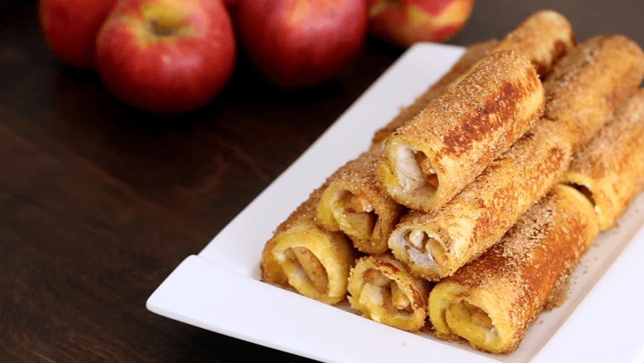 Rețetă delicioasă la tigaie: Rulouri cu măr și cremă de brânză / VIDEO